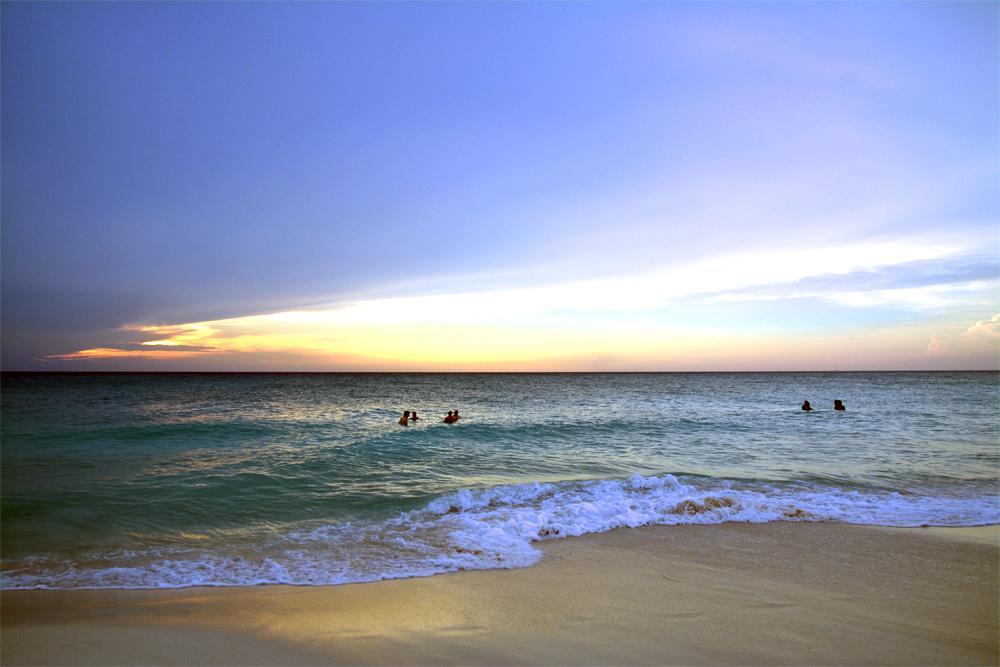 Karibia: Kveldsbad i solnedgang på Aruba er populært. Foto: Yvette-Marie Solem
