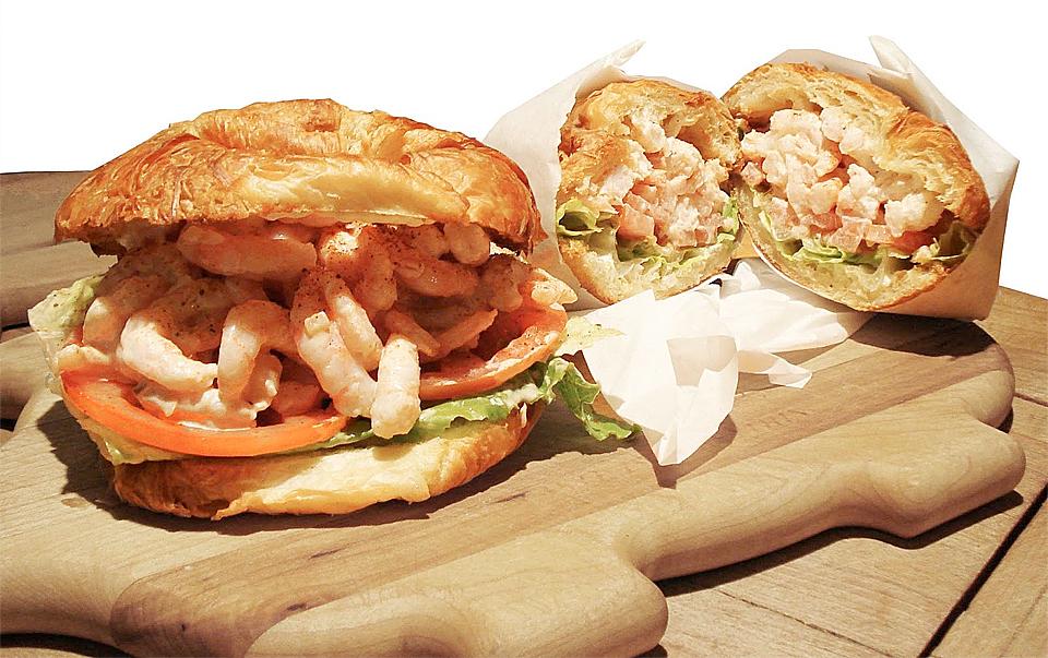 Baguetter, rundstykker og annen innpakning av krabbe, reke og annen sjømat sammen med majones eller salater er noe du må prøve på Fisherman's Warf.