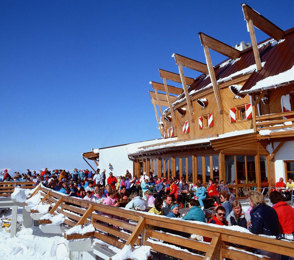 Livlig pause i skibakken. I de østerrikske alper er det massevis av små og store spisesteder, med mye god mat og godt drikke. Også her i Hahnenkamm i Kitzbühel.