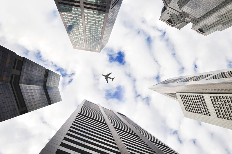 Automatic Dependent Surveillance-Broadcast (ADS-B) holder orden på hvor fly befinner seg tyil enhver tid.