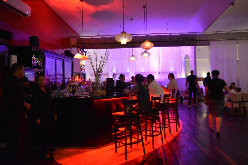 Karibia: Restaurant Screaming Eagle. Bak de florlette gardinene ved baren spiser man til sengs. Foto: Yvette-Marie Solem