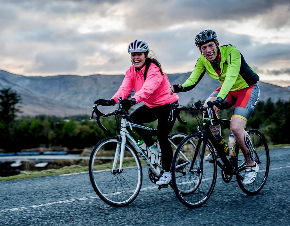 Night Rider Sportif, på to hjul på vei inn i svarte natta i fjellene rundt Galway.