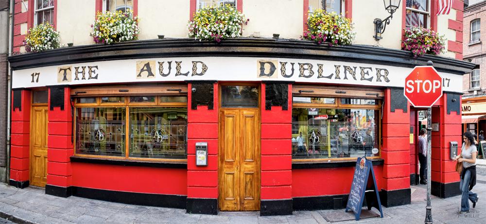 Dublin: Typisk inngang til en pub. Legg merke til Auld, en gammel skrivemåte.