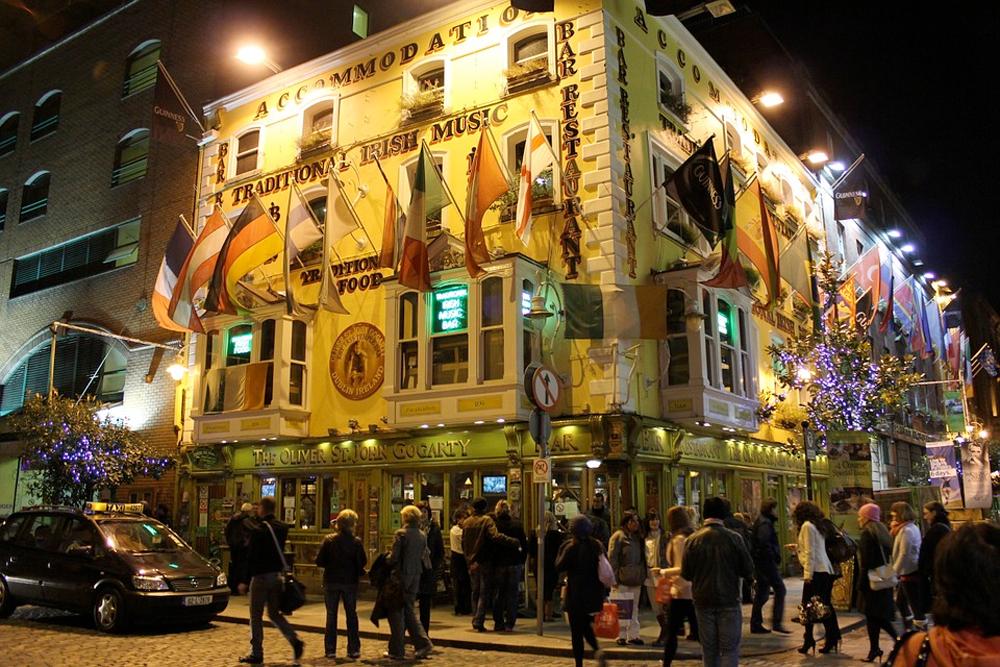Gatelangs med musikk, liv, puber, barer, god mat og kasinoer i Dublin.