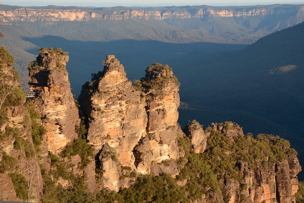 """Blue Mountain er et fjellområde et par timers kjøring fra Sydney, og et berømt utkikkspunkt er å se formasjonene """"De tre søstre""""."""