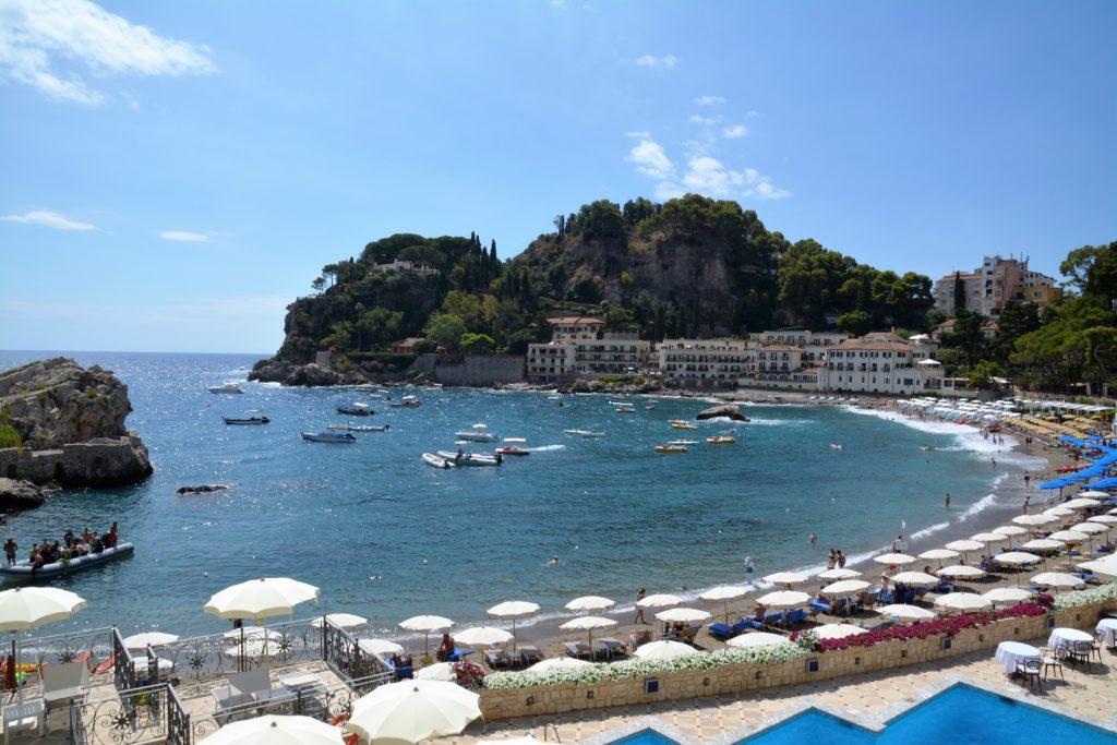 Sicilia: Stå opp til denne utsikten fra Mazzaro-stranden i Taormina når du leier feriebolig fra NOVASOL. Foto: Yvette-Marie Solem
