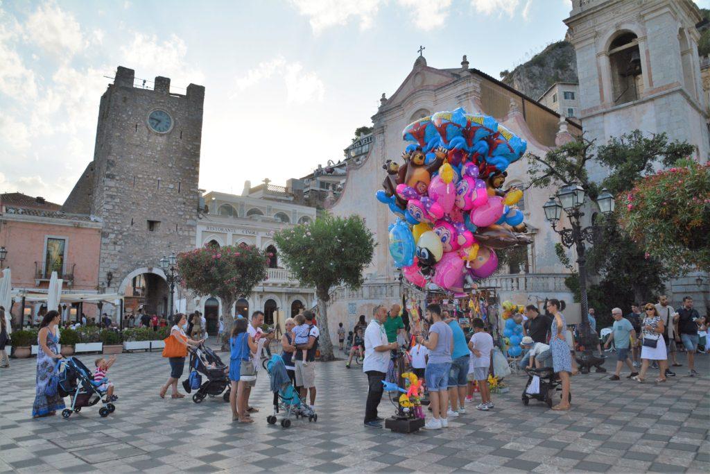Sicilia: Langs hovedgaten Corso Umberto kommer du til hovedplassen Piazza IX Aprile med den elegante kirken i barokkstil fra 1600-tallet; Chiesa di san Giuseppe. Foto: Yvette-Marie Solem