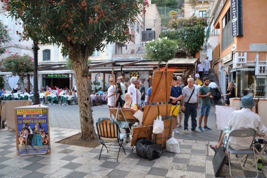 Sicilia: Kunstnere ved hovedtorget Piazza Piazza IX Aprile i Taormina. Foto: Yvette-Marie Solem