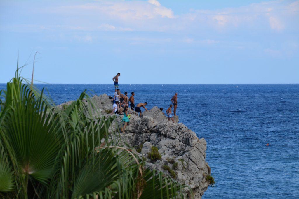 Siclilia: Klippestupere forbereder seg til å hoppe ved Mazzaro-stranden i Taormina. Foto: Yvette-Marie Solem