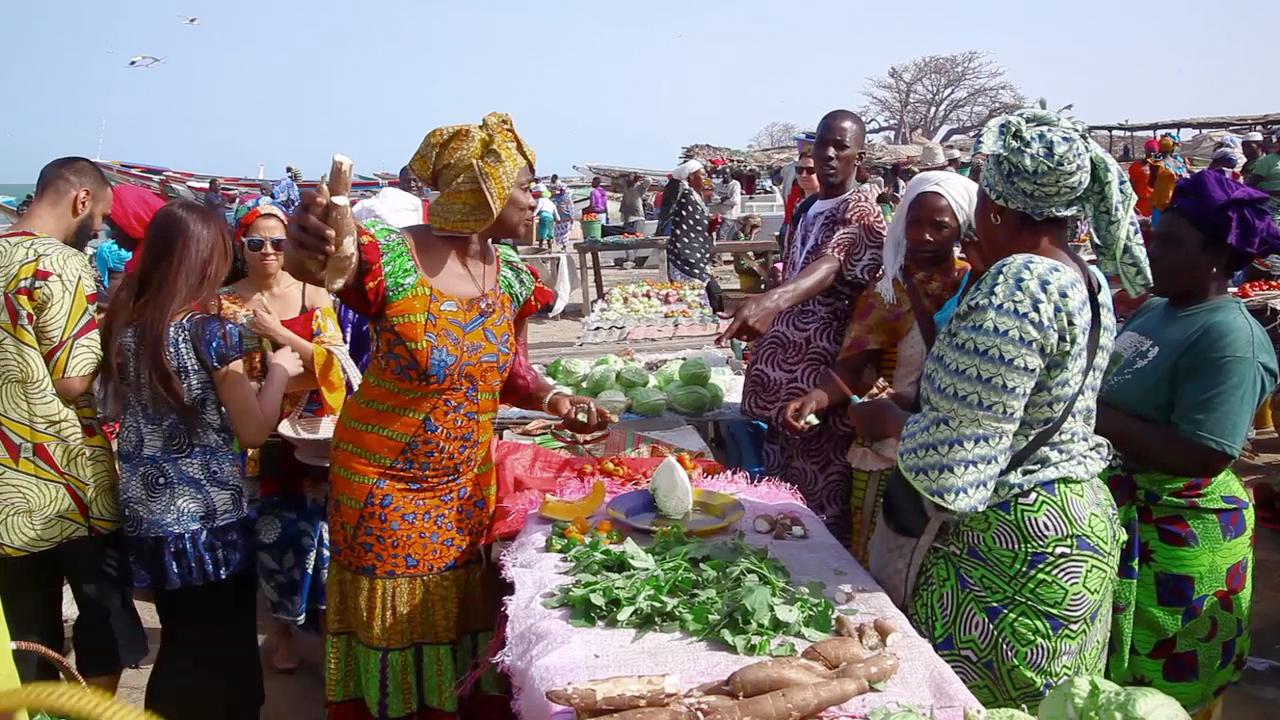Dagen starter med en innkjøpsrunde på lokale markeder hvor det bugner av friske varer.