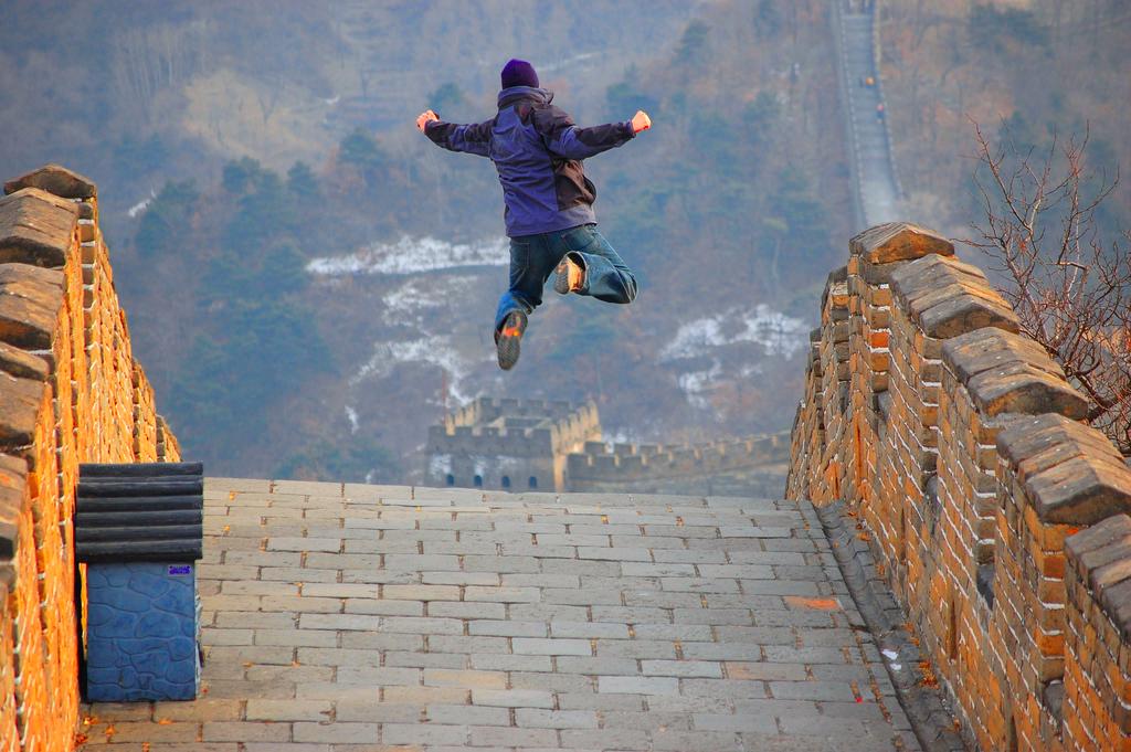 Yuppi!!! Endelig på den kinesiske mur – kvantesprang i reisedrømmen! Foto: Creativ Commons